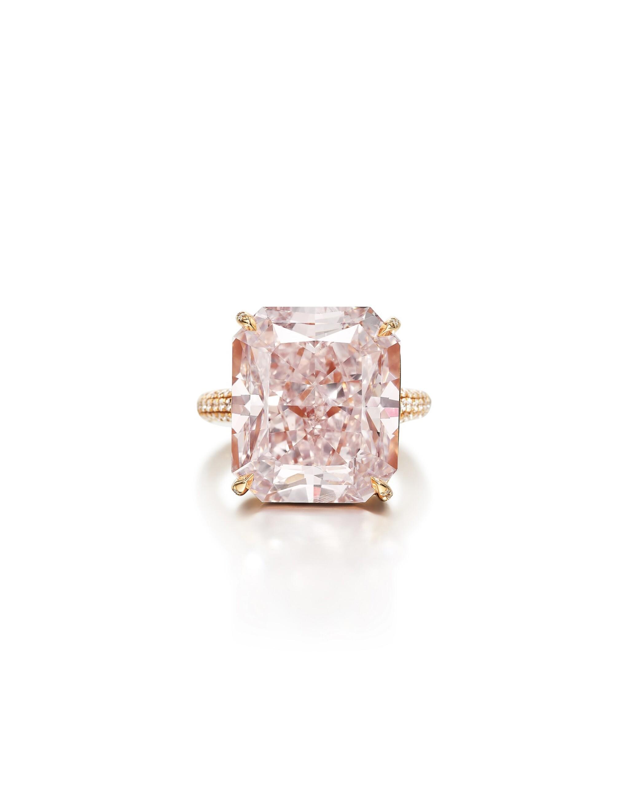 View full screen - View 1 of Lot 1722. FANCY LIGHT PURPLISH PINK DIAMOND AND DIAMOND RING | 18.68卡拉 淡彩紫粉紅色鑽石 配 鑽石 戒指.