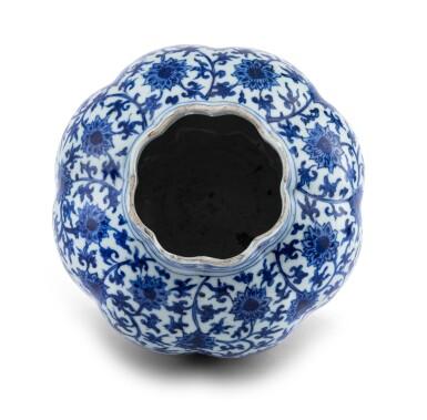 View 5. Thumbnail of Lot 16. Vase lobé bleu blanc à décor de lotus Dynastie Ming, époque Jiajing   明嘉靖 青花纏枝蓮紋瓜棱式罐   A lobed blue and white 'lotus' vase, Ming Dynasty, Jiajing period.