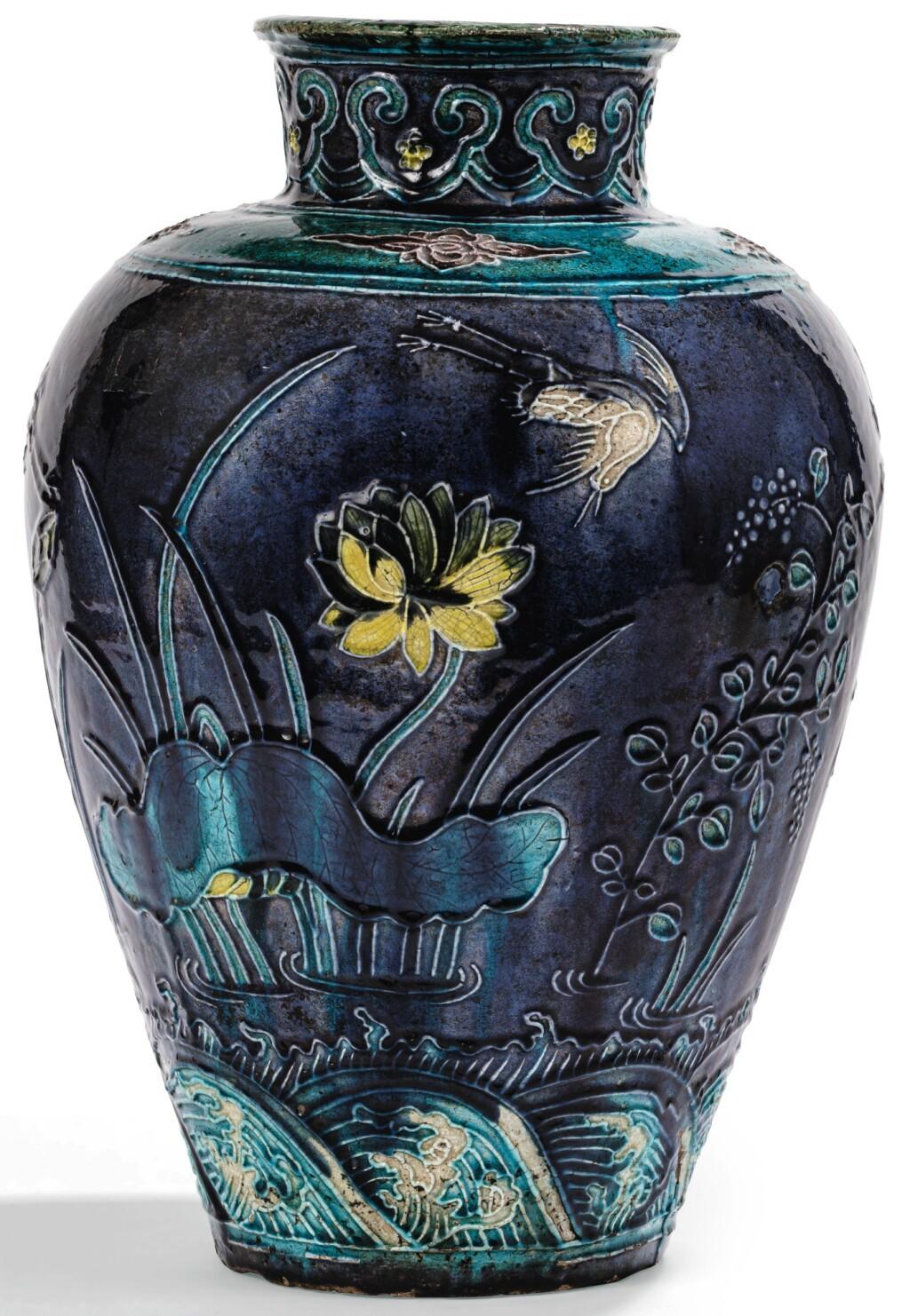 VASE BALUSTRE EN GRÈS FAHUA DYNASTIE MING | 明 琺華一路連科圖罐 | A Fahua baluster vase, Ming Dynasty