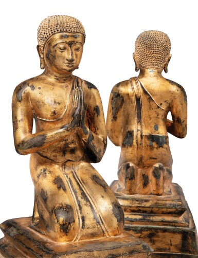 A PAIR OF LACQUER-GILT BRONZE VOTIVE FIGURES PRAYING [PAIRE D'ORANTS AGENOUILLÉS PRIANT EN BRONZE LAQUÉ OR]