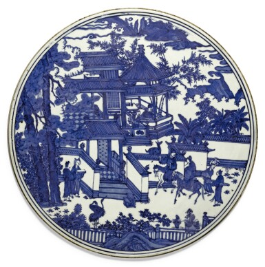 A RARE LARGE BLUE AND WHITE CIRCULAR PLAQUE MING DYNASTY, WANLI PERIOD | 明萬曆 青花携琴訪友圖圓屏