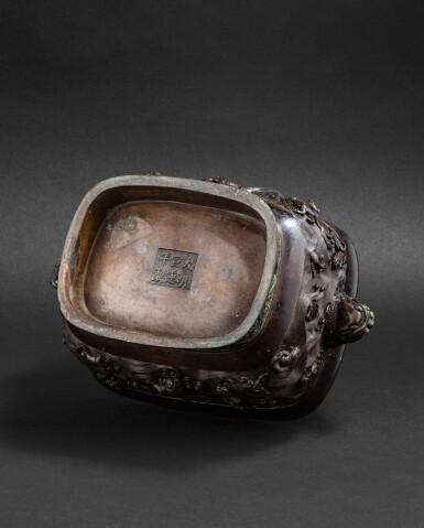 View 5. Thumbnail of Lot 108. Brûle-parfum rectangulaire en bronze Dynastie Ming, XVIIE siècle   明十七世紀 銅海獸紋長方熏爐連座 《大明宣德年制》仿款   A bronze archaistic incense burner and an archaistic bronze stand, Ming dynasty, 17th century .