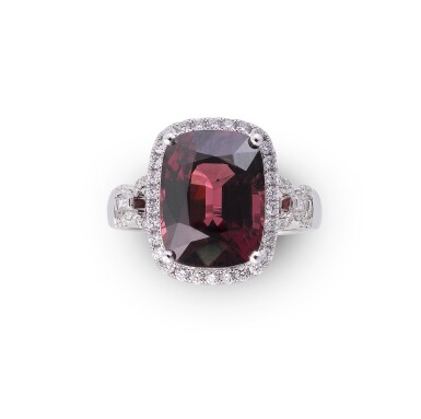 Spinel and diamond ring [Bague spinelle et diamants]