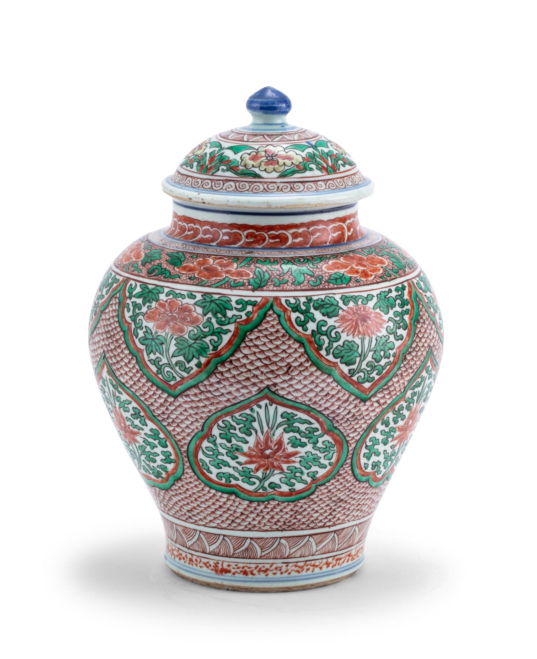 View 1 of Lot 155. Vase couvert en porcelaine wucai XVIIE siècle | 十七世紀 五彩開光花卉紋將軍罐 | A wucai jar and cover, 17th century .