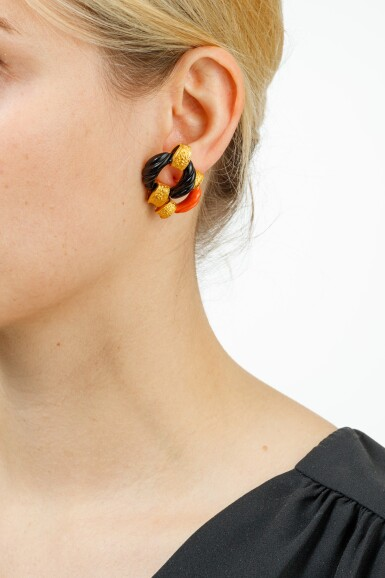 View 4. Thumbnail of Lot 134. PAIRE BOUCLES D'OREILLE CORAIL ET ONYX | PAIR OF CORAL AND ONYX EARRINGS .