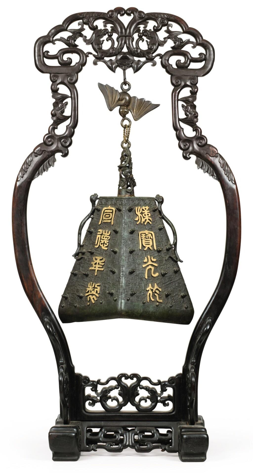 GRANDE CLOCHE EN BRONZE PARTIELLEMENT DORÉ DE STYLE ARCHAÏQUE FIN DE LA DYNASTIE MING - DÉBUT DE LA DYNASTIE QING | 明末至清初 局部鎏金銅仿古紋掛鐘 | An archaistic parcel-gilt bronze bell, late Ming Dynasty/early Qing Dynasty