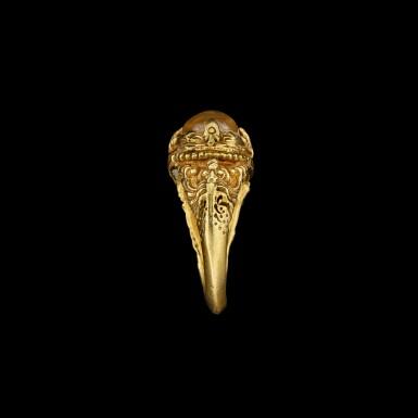 View 5. Thumbnail of Lot 1028. A gold and cabochon crystal repoussé ring Khmer, 8th - 11th century | 八至十一世紀 高棉 金嵌水晶戒指.