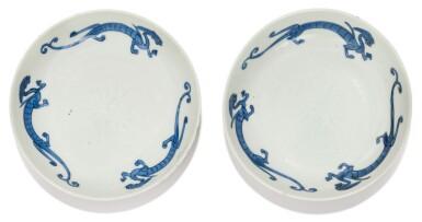 View 1. Thumbnail of Lot 4. RARE PAIRE DE COUPELLES EN PORCELAINE BLEU BLANC MARQUES ET ÉPOQUE LONGQING | 明隆慶 青花螭龍紋小盤一對  《隆慶年製》款 | A rare pair of blue and white saucer dishes, four character Longqing marks and period.