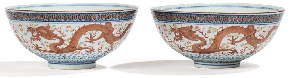 PAIRE DE BOLS EN PORCELAINE DE LA FAMILLE ROSE DYNASTIE QING, XIXE SIÈCLE | 清十九世紀 粉彩雙龍趕珠盌一對 《大清乾隆年製》仿款 | A pair of Famille Rose 'dragon' bowls, Qing Dynasty, 19th century