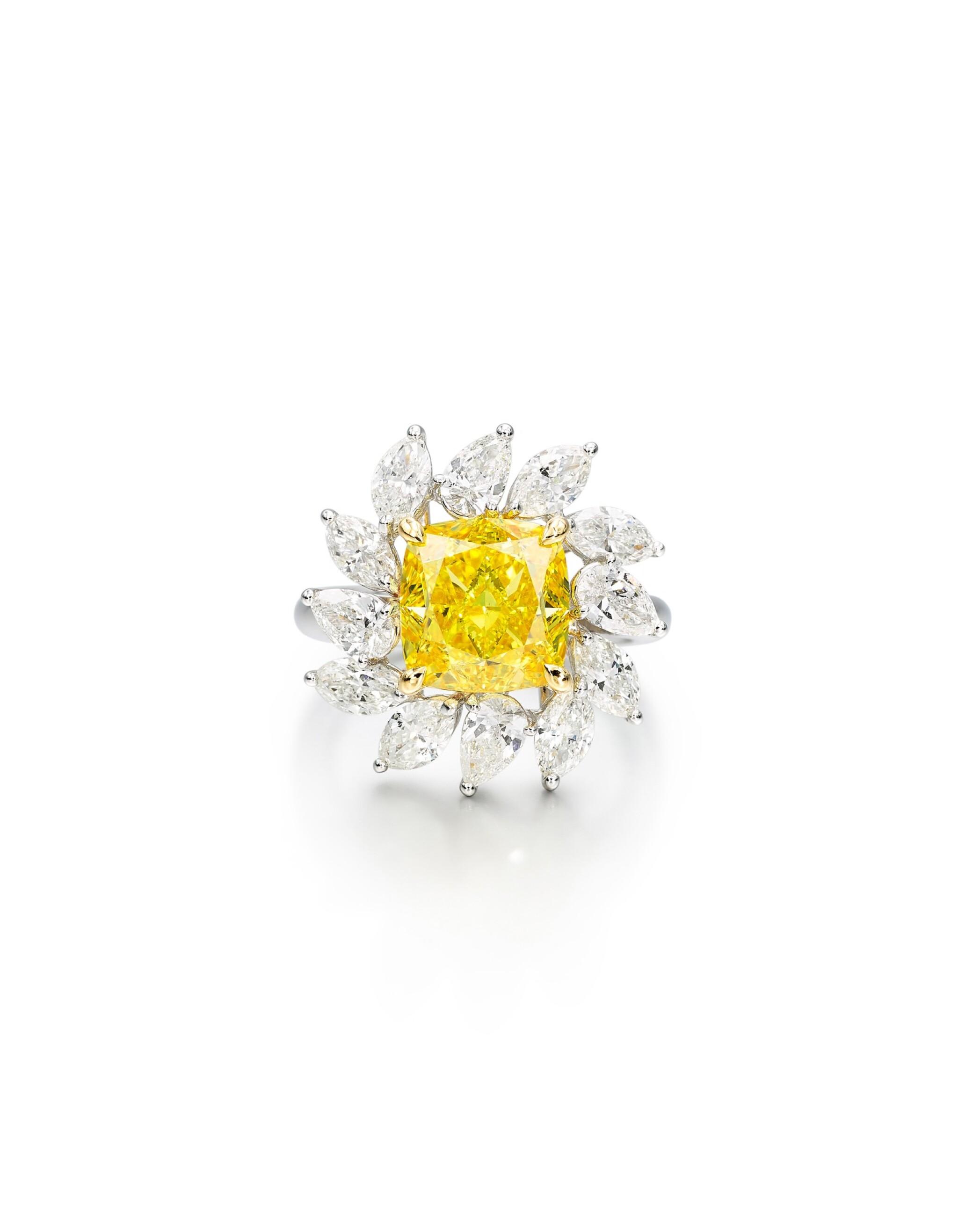 View full screen - View 1 of Lot 1616. FANCY VIVID YELLOW DIAMOND AND DIAMOND RING| 5.01卡拉 艷彩黃色 鑽石 配 鑽石 戒指.