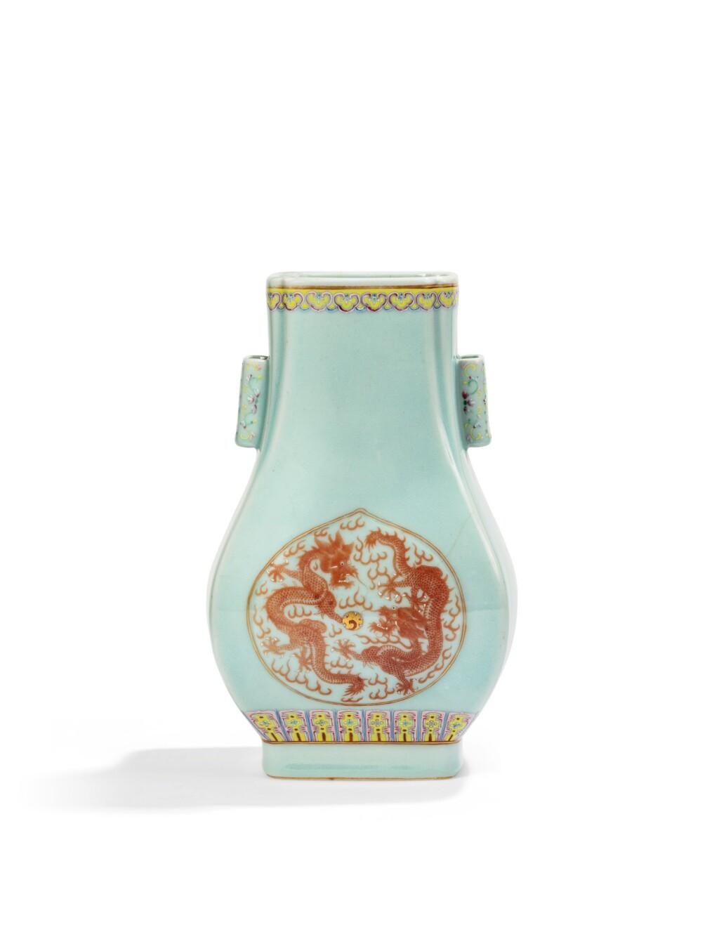 VASE EN PORCELAINE CÉLADON À DÉCOR ROUGE DE FER, FANGHU MARQUE ET ÉPOQUE GUANGXU | 清光緒 粉青地粉彩杏圓開光礬紅雙龍趕珠紋貫耳方壼  《大清光緒年製》款 | A celadon-glazed Fanghu-shaped vase with iron-red decoration, Guangxu mark and period