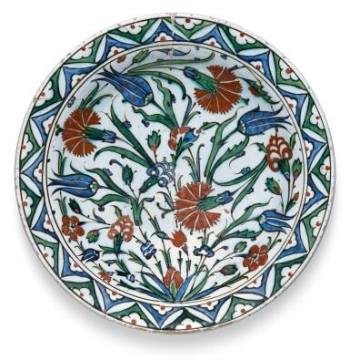 A LARGE IZNIK POLYCHROME POTTERY DISH WITH FLORAL BORDER, TURKEY, CIRCA 1580-85