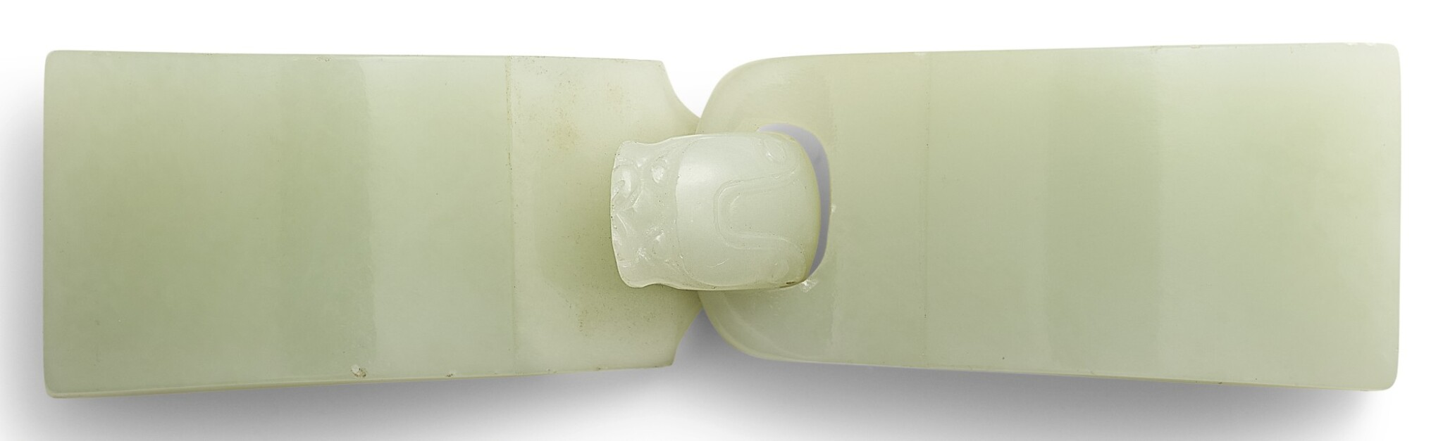 View full screen - View 1 of Lot 303. A WHITE JADE BELT BUCKLE QING DYNASTY, 18TH CENTURY | 清十八世紀 白玉帶扣.