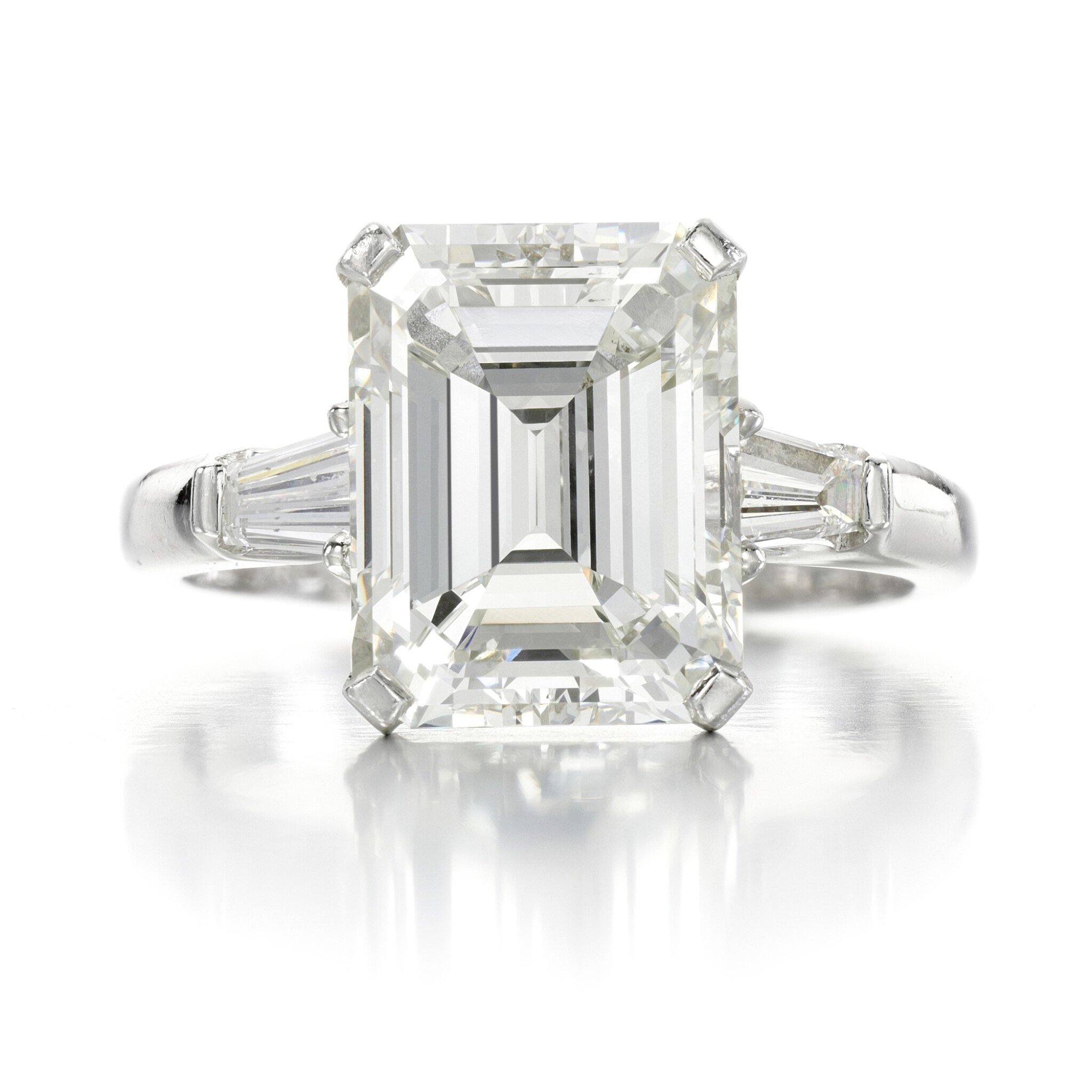 View full screen - View 1 of Lot 158. Diamond ring.