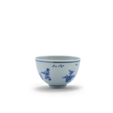 View 4. Thumbnail of Lot 20. Petite coupe en porcelaine bleu blanc Dynastie Qing, époque Kangxi | 清康熙 青花人物故事紋小盃  《大明成化年製》仿款 | A blue and white 'scholar' cup, Qing Dynasty, Kangxi period.