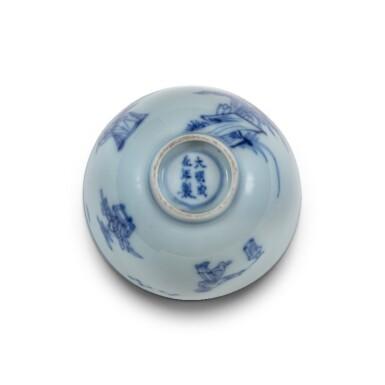 View 3. Thumbnail of Lot 20. Petite coupe en porcelaine bleu blanc Dynastie Qing, époque Kangxi | 清康熙 青花人物故事紋小盃  《大明成化年製》仿款 | A blue and white 'scholar' cup, Qing Dynasty, Kangxi period.