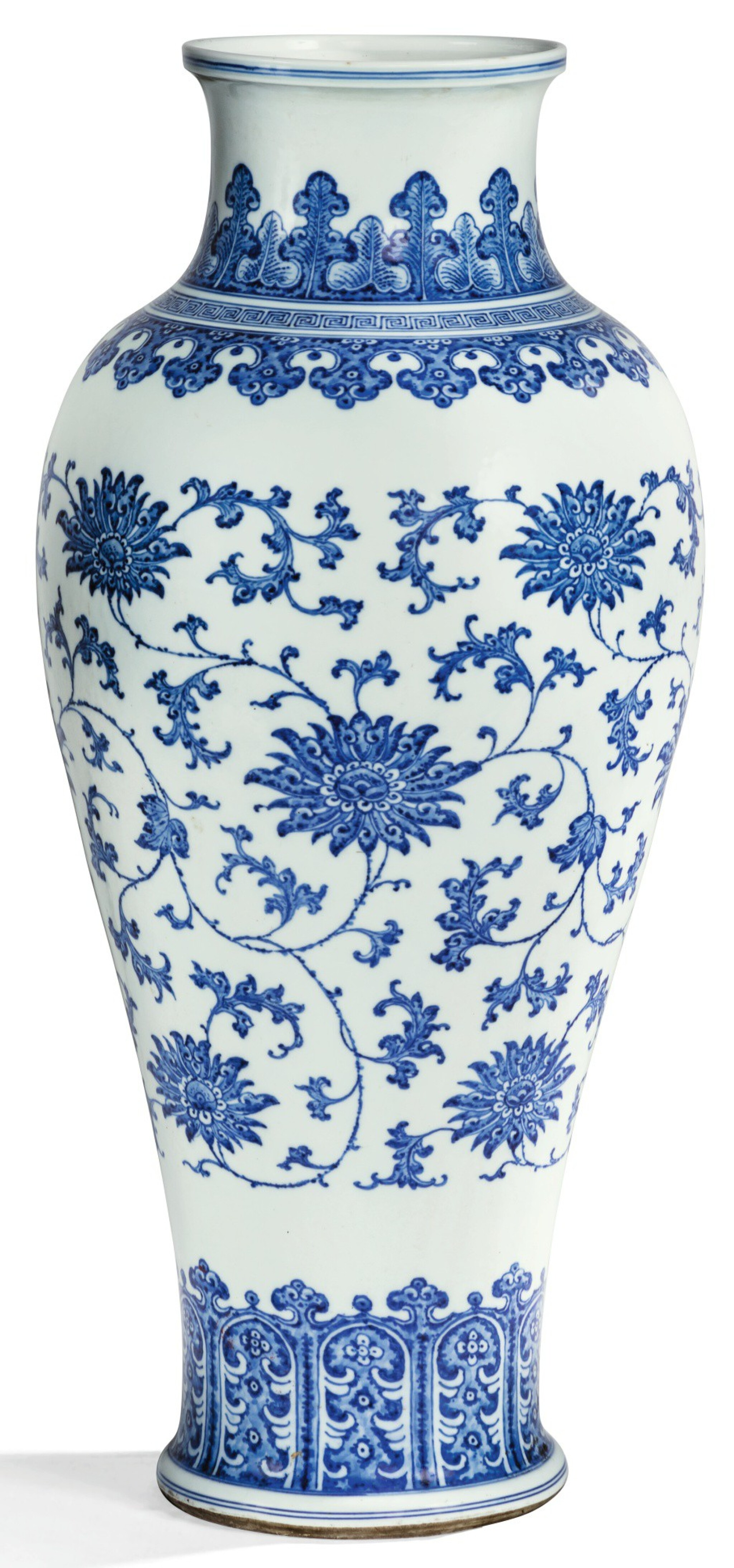 View full screen - View 1 of Lot 8. RARE GRAND VASE BALUSTRE EN PORCELAINE BLEU BLANC DYNASTIE QING, XVIIIE SIÈCLE | 清十八世紀 青花纏枝蓮紋觀音尊 | A rare large blue and white 'lotus' baluster vase, Qing Dynasty, 18th century .