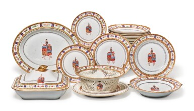 A Rare Chinese Export Armorial Part Dinner Service for the Portuguese Market, Qing Dynasty, Jiaqing/ Daoguang Period, circa 1820 | 清嘉慶 / 道光  約1820年  粉彩紋章圖餐具組