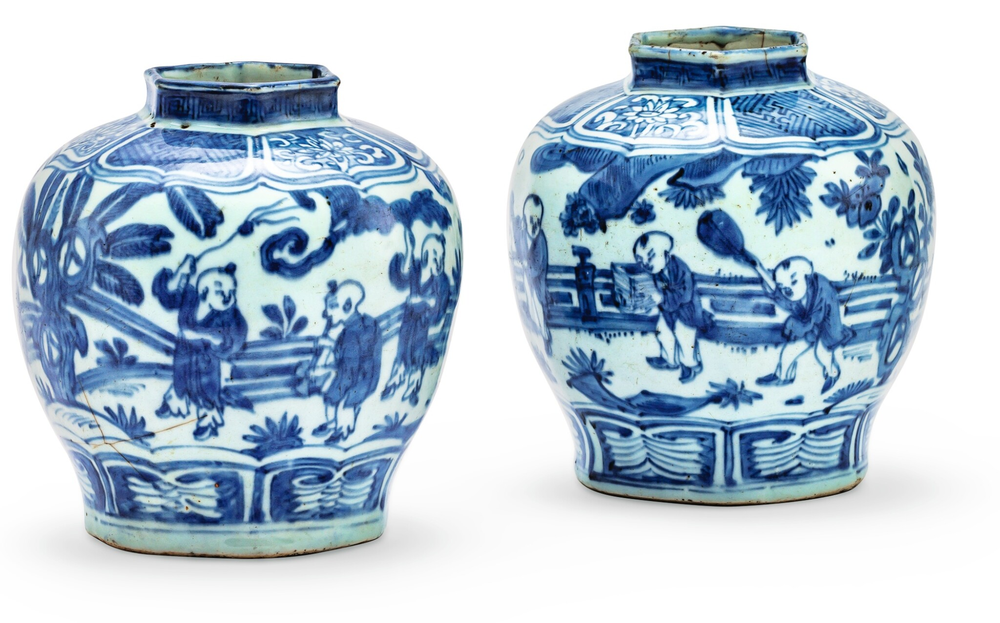 DEUX VASES EN PORCELAINE BLEU BLANC FIN DE LA DYNASTIE MING  | 明晚期 青花嬰戲圖六方口小罐兩件 | Two blue and white baluster jars, late Ming Dynasty