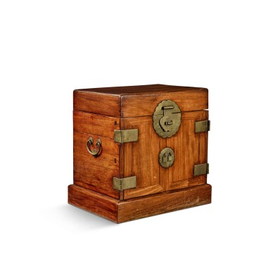 View 4. Thumbnail of Lot 114. A large 'huanghuali' table-top cabinet (Guanpixiang), Qing dynasty, 18th / 19th century | 清十八 / 十九世紀 黃花梨大官皮箱.