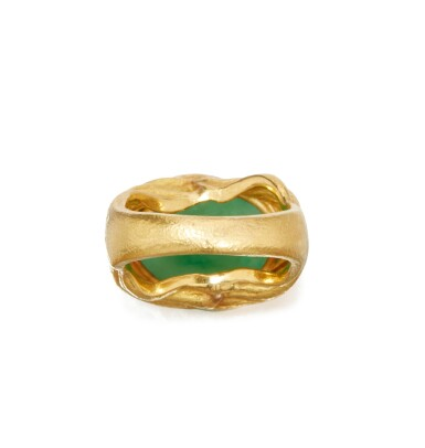GOLD AND JADEITE RING, JULIUS COHEN