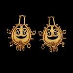 A pair of Lio gold teardrop-shaped ear pendants Central Flores, Indonesian archipelago, 19th century or earlier   十九世紀或更早 印尼群島弗洛勒斯中部 Lio族金耳飾一對