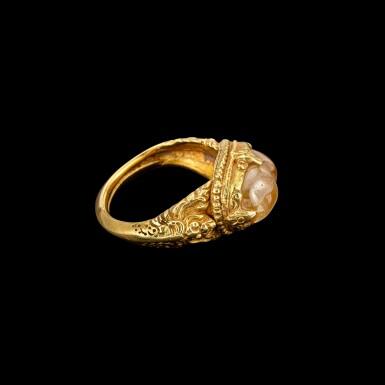 View 4. Thumbnail of Lot 1028. A gold and cabochon crystal repoussé ring Khmer, 8th - 11th century | 八至十一世紀 高棉 金嵌水晶戒指.