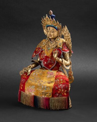 View 7. Thumbnail of Lot 55. Grande statue en cuivre doré repoussé de Tara Blanche Tibet, XIXE siècle   西藏 十九世紀 鎏金銅白度母坐像連袍   A large gilt copper repoussé statue of White Tara, Tibet, 19th century.