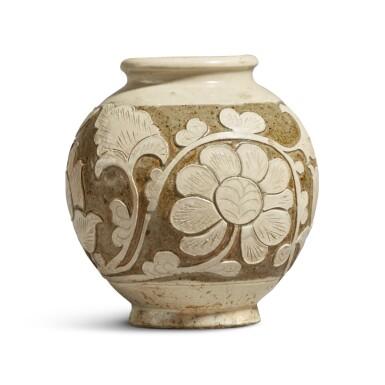 View 4. Thumbnail of Lot 186. A 'Cizhou' sgraffiato 'floral' ovoid vase, Jin dynasty | 金 磁州窰白釉剔花罐.