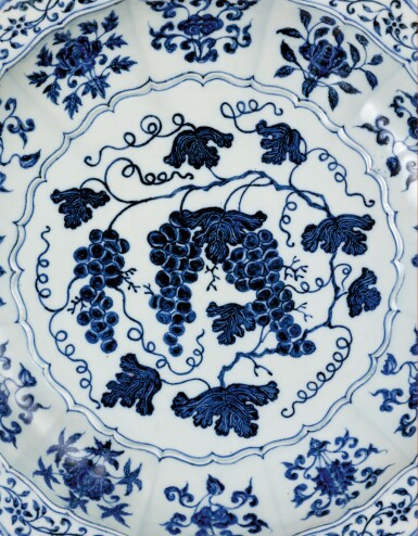 View 4. Thumbnail of Lot 3612. An exceptional and rare blue and white barbed 'grape' charger Ming Dynasty, Yongle Period | 明永樂 青花葡萄紋折沿菱口盤.