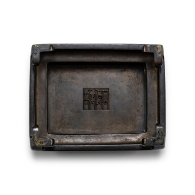 View 3. Thumbnail of Lot 77. Brûle-parfum couvert rectangulaire archaïsant en bronze patiné, fangding Dynastie Qing, XVIIIE siècle | 清十八世紀 銅沖天耳方鼎式蓋爐連座   《宣德年製》仿款 | An archaistic bronze incense burner and cover, fangding, Qing Dynasty, 18th century.