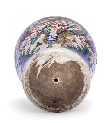 View 3. Thumbnail of Lot 154. Vase en porcelaine wucai Dynastie Qing, XVIIE siècle | 清十七世紀 五彩雲龍戲珠紋罐 | A wucai 'dragon' jar, Qing dynasty, 17th century.