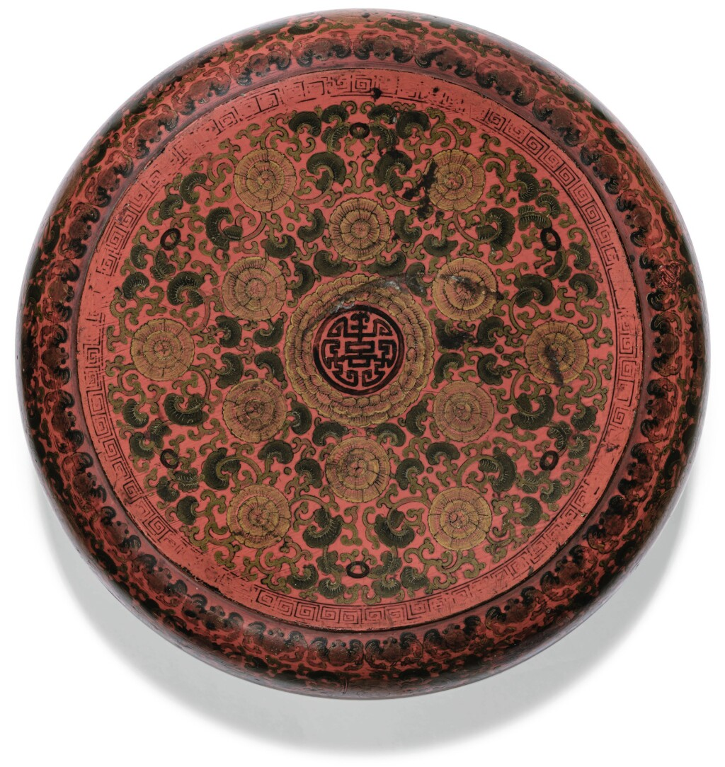 BOÎTE COUVERTE EN LAQUE PEINTE DYNASTIE QING, ÉPOQUE KANGXI | 清康熙 朱漆彩繪花卉紋「喜」字圓蓋盒 | A painted lacquer box and cover, Qing Dynasty, Kangxi period