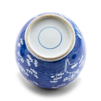 View 3. Thumbnail of Lot 229. Deux pots à gingembre en porcelaine bleu blanc Dynastie Qing, XVIIIE-XIXE siècle   清十八至十九世紀 青花花卉紋罐一組兩件   Two blue and white jars and covers, Qing dynasty, 18th-19th century.