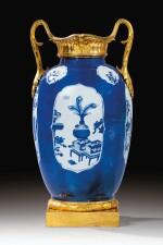 A BLUE AND WHITE CHINESE VASE, KANGXI (1662-1722), WITH LATE LOUIS XV GILT-BRONZE MOUNTS, CIRCA 1760 - 1770 | VASE EN PORCELAINE DE CHINE BLEU ET BLANC D'ÉPOQUE KANGXI (1662-1722) À MONTURE DE BRONZE DORÉ DE LA FIN DE L'ÉPOQUE LOUIS XV, VERS 1760-1770