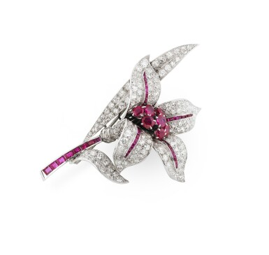 View 3. Thumbnail of Lot 25. BROCHE RUBIS ET DIAMANTS | RUBY AND DIAMOND BROOCH.