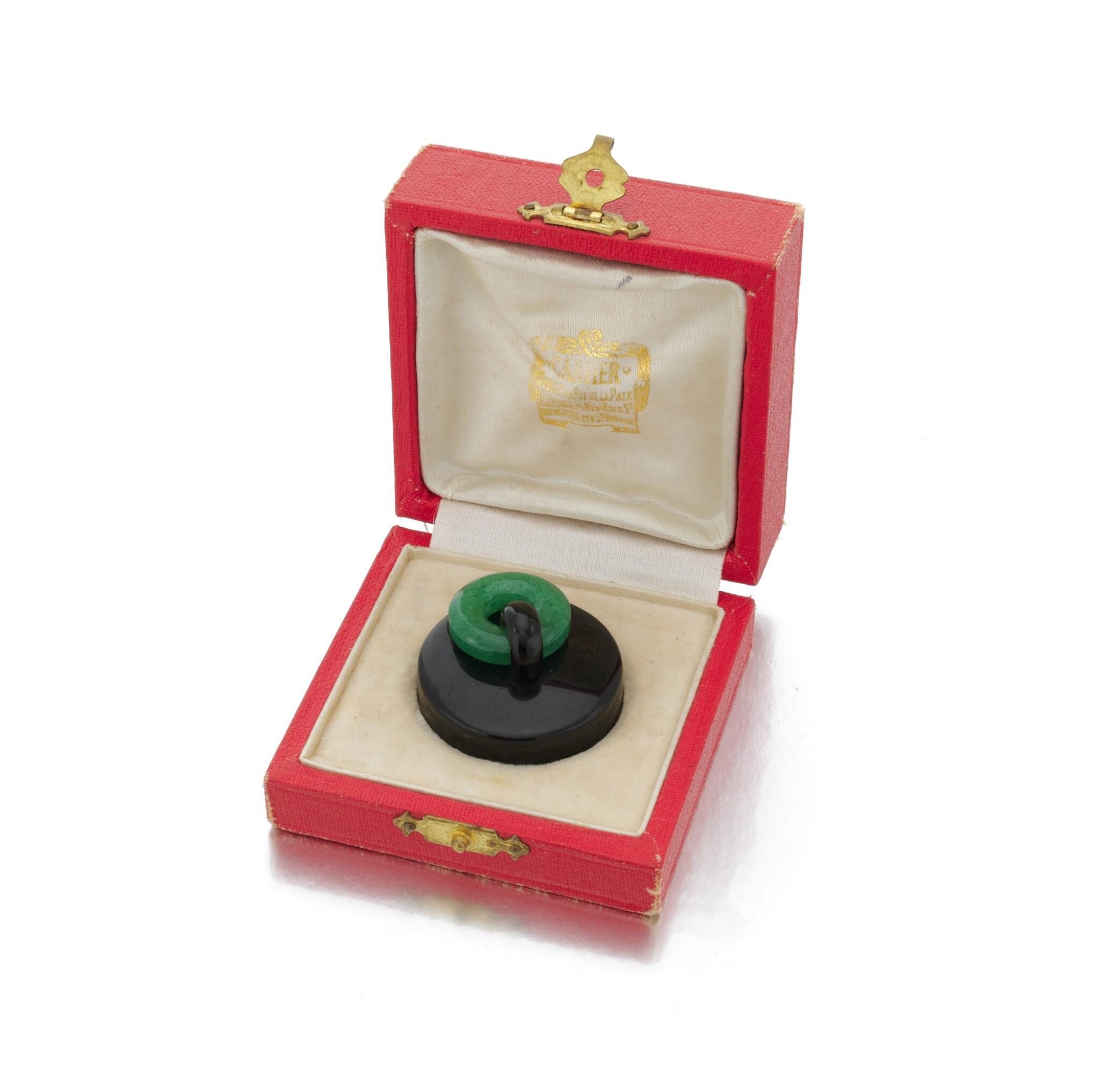 View 1 of Lot 23. Black enamel and adventurine quartz pill box (Porta pillole in smalto nero e quarzo avventurina).