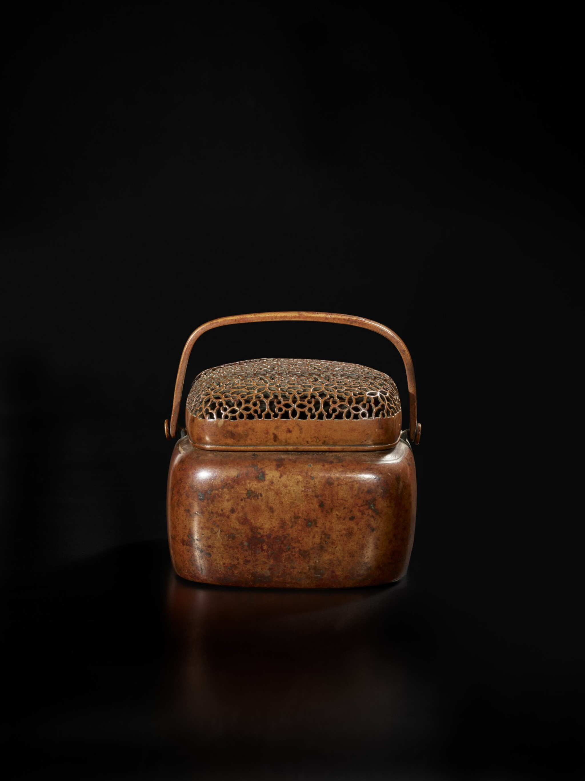 View full screen - View 1 of Lot 126. A bronze hand warmer and cover, signed Zhang Mingqi, 17th century | 十七世紀 銅透空錦紋蓋手爐 《張鳴岐製》款.