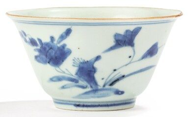 View 1. Thumbnail of Lot 1. RARE BOL EN PORCELAINE BLEU ET BLANC DYNASTIE QING, DATÉ 1666 |  清康熙 青花蝶戀花紋盃 《大清丙午年製》款 | A blue and white bowl, Qing Dynasty, dated 1666.