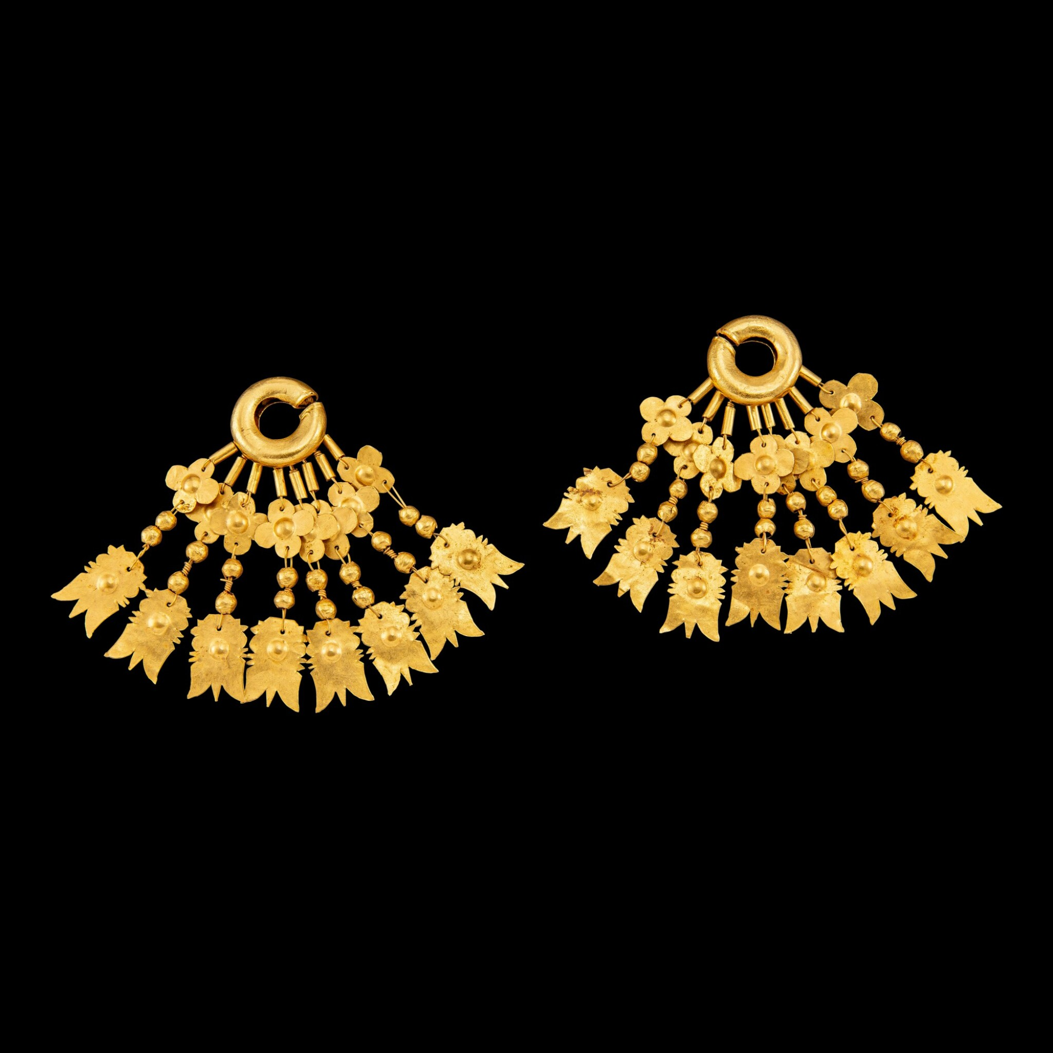 View full screen - View 1 of Lot 1001. A pair of gold earrings with floriated spangles Leyte, Philippines, 10th - 13th century | 十至十三世紀 菲律賓萊特島 花葉紋金片耳飾一對.
