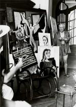 ANDRÉ VILLERS |  PICASSO TENANT UN PORTRAIT, VERS 1960