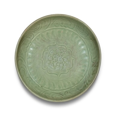 View 1. Thumbnail of Lot 4. Plat en grès céladon Longquan Dynastie Ming | 明 龍泉窰青釉刻花卉紋盤 | A Longquan celadon 'lotus' charger, Ming Dynasty.