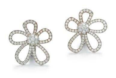PAIR OF DIAMOND EAR CLIPS, VAN CLEEF & ARPELS | 鑽石耳環一對, 梵克雅寶(Van Cleef & Arpels)