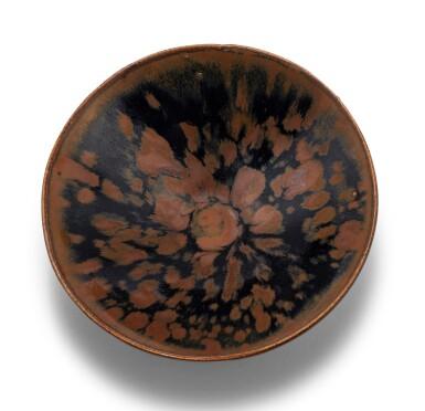 View 2. Thumbnail of Lot 15. Deux bols Cizhou en grès émaillé noir et brun à motif 'plumes de perdrix' Dynastie des Song du Nord - Dynastie Jin | 北宋至金 磁州窰鷓鴣斑笠式盌一組兩件 | Two Cizhou 'partridge feather' russet-splashed black glazed bowls, Northern Song-Jin Dynasty.