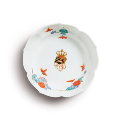 A MEISSEN ARMORIAL SAUCER DISH THE PORCELAIN CIRCA 1730, THE DECORATION PARTIALLY LATER
