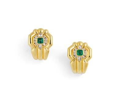 Pair of emerald and diamond earrings [Paire de boucles d'oreille émeraudes et diamants]
