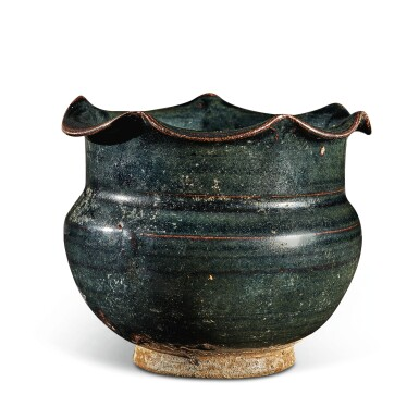 View 4. Thumbnail of Lot 104. A rare black-glazed foliate-rimmed jar, Northern Song / Jin dynasty   北宋 / 金 黑釉花口罐.