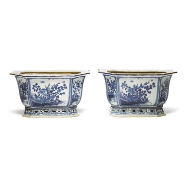 A PAIR OF CHINESE BLUE AND WHITE JARDINIERES, LATE 19TH/EARLY 20TH CENTURY