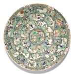 A LARGE FAMILLE-VERTE 'WESTERN CHAMBER' CHARGER QING DYNASTY, KANGXI PERIOD | 清康熙 五彩開光西廂記圖大盤