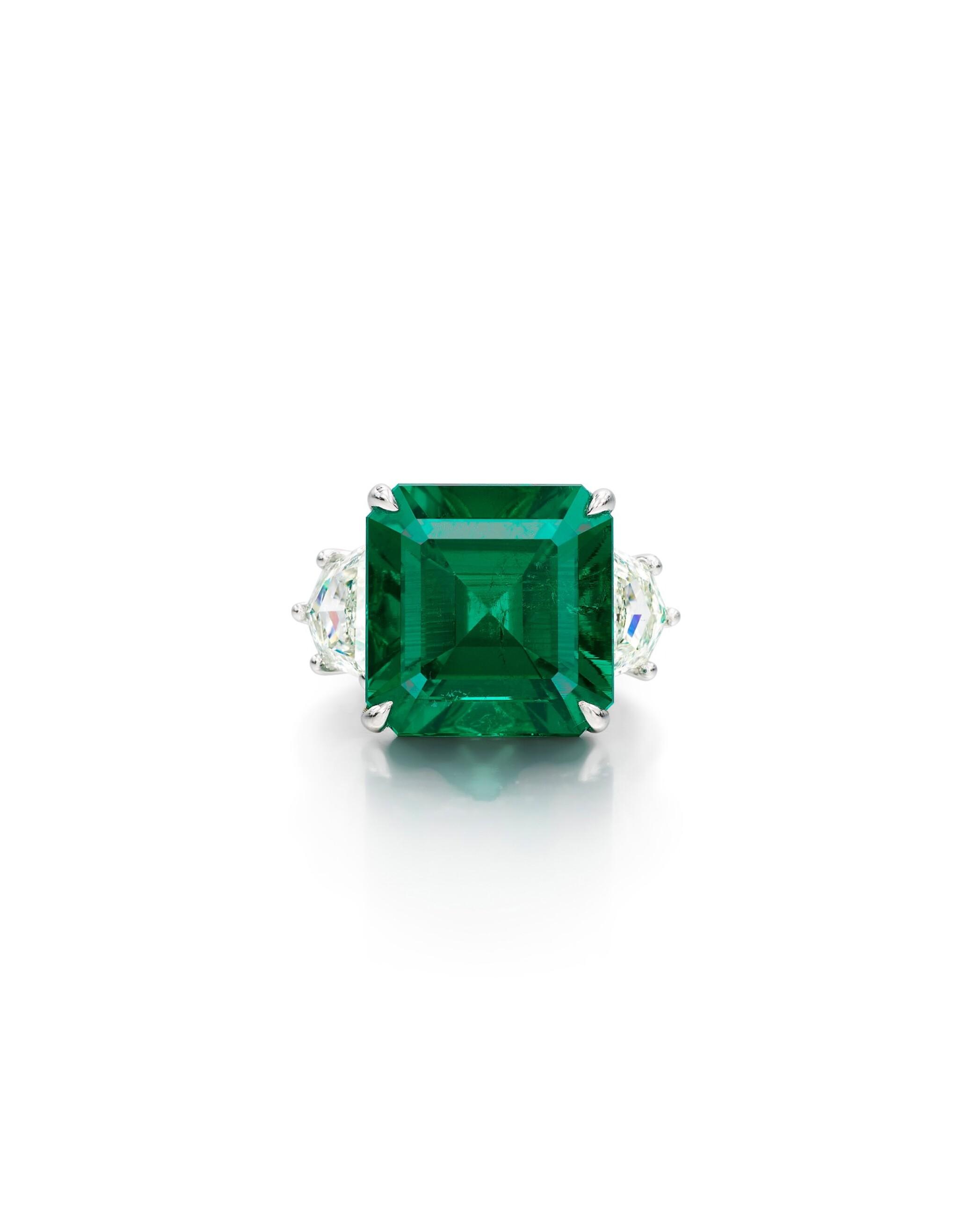 View full screen - View 1 of Lot 1724. EMERALD, DIAMOND AND COLOURED DIAMOND RING | 9.26卡拉 天然「哥倫比亞穆索」無油祖母綠 配 鑽石 及 彩色鑽石 戒指.